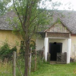 DRAGON REAL,s.r.o. – ponúkame na predaj v obci Svinia starší rodinný dom, hospodársku budovu, sypanec, 2 stodoly a pozemok o celkovej rozlohe 9166 ...