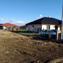 Predám slnečný, rovinatý stavebný pozemok v intraviláne obce. Pozemok má rozlohu 611 m2 a nachádza sa v tichom prostredí v údolí pod kopcami ...
