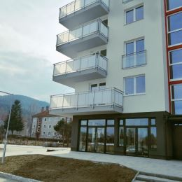 MK reality ponúka obchodné priestory na prenájom.Priestory sa nachádzajú na prízemí v novostavbe bytového domu. Rozloha miestnosti je 44, 1 m2, k ...