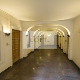 Ponúkame Vám na prenájom kancelárie v centre Starého Mesta Bratislava I.Výmera 22,34 m2 + 38,28 m2 + zasadačka bezplatne, spolu 62,21 m2 výťahStav ...
