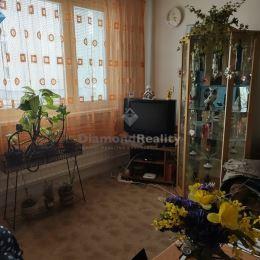 Diamond reality Nitra, s.r.o. ponúka na predaj 2 izbový byt nachádzajúci sa vo Vrábľoch na sídlisku Lúky. Výmera bytu 44 m2. K bytu prináleží latková ...