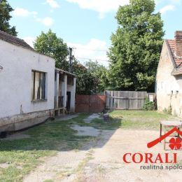 Ponúkame na predaj starý rodinný dom v Bernolákove. Nachádza sa na upravenom pozemku s výmerou 964 m2, napojený je na verejný vodovod a elektrinu. Na ...