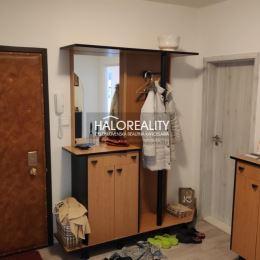 Ponúkame na predaj 4 - izbový byt po rekonštrukcii. Vchod do bytu je riešený do priestrannej vstupnej haly, z ktorej sa vchádza do troch izieb a ...