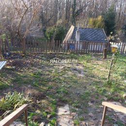 Ponúkame na predaj oplotený pozemok 400m² určený na rekreačné účely v záhradkárskej oblasti Bernolákovo – Sacky. Pozemok tvorí prístupová cesta ...