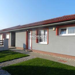 Ponúkame na predaj rodinný dom v obci Holice, pokojnej časti Stará Gala, vzdialenej od hlavného mesta Bratislava 40 km, od okresného mesta Dunajská ...