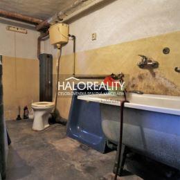 Ponúkame na predaj jedinečný trojpodlažný rodinný dom v obci Závada okres Topoľčany za výhodnú cenu. RD bol postavený v roku 1969. Nachádza sa na ...