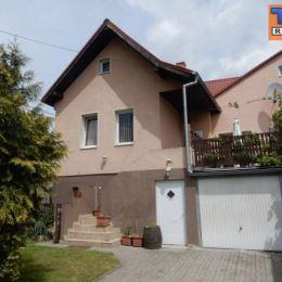 Na predaj dvojgeneračný rodinný dom 6+1 v mestskej časti Žilina-Považský Chlmec o celkovej výmere pozemku 211m² . Na prízemí dom pozostáva z kuchyne, ...