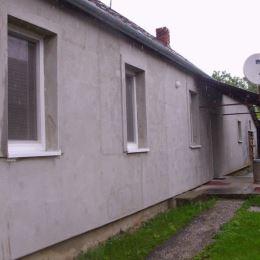 EXKLUZÍVNE na predaj rodinný dom po čiastočnej rekonštrukcii, na pozemku 1760 m2, zastavaná plocha 168 m2,v obci Trávnica, Nové Zámky, Je tu možnosť ...
