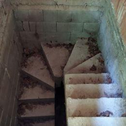 Na predaj rozostavanú chatu v lokalite Modra – Medvedia skala. Celková výmera pozemku vo vlastníctve je 210 m2. Chata postavená vo svahu má suterén ...