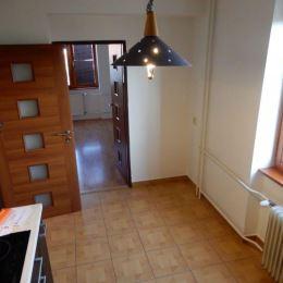 Na predaj 2 izbový byt v meste Zvolen v širšom centre o veľkosti 65m2. Byt prešiel kompletnou rekonštrukciou, vymenené plastové okná, podlahy, ...