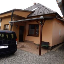 Na predaj pekný rodinný dom, 154 m2 a celková výmera pozemku je 1208 m2, Čankov, Levice. V dome na prízemí sa nachádza vstupná chodba, veľká kuchyňa, ...