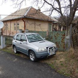 Na predaj rodinný dom, 120 m2 a celková výmera pozemku je 707 m2, Čaka, Levice. V dome sa nachádza vstupná chodba, kuchyňa, 3 izby a 1 miestnosť s ...