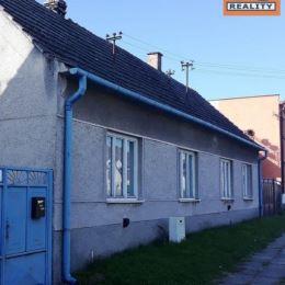 Znížená cena! Starší rodinný dom v obci Čáry...