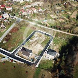 Ak chcete bývať v novom rodinnom dome vo vyhľadávanej lokalite blízko centra Levoče kontaktujte nás!Neponúkame zelenú lúku, ale vybudovanú komplexnú ...