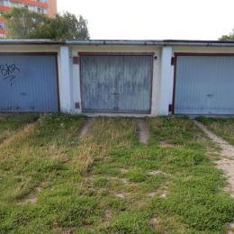 Na predaj garáž, 20 m2, ul. Dopravná, Levice. Garáži je urobená montážna jama, strecha je zrekonštruovaná, nový betónový vjazd do garáže. Elektrika v ...