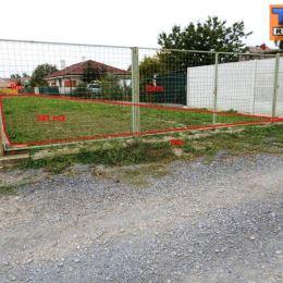 Na predaj rovinatý stavebný pozemok (možnosť využitia aj ako záhrada) v obci Cífer - časť Pác, okr. Trnava. Pozemok má výmeru 581 m2 (šírka cca 9 m). ...