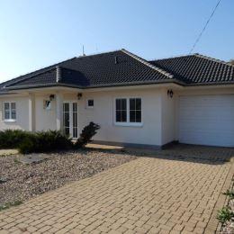 Na predaj NOVOSTAVBU- rodinný dom, 131 m2, garáž 16 m2, Žemberovce, Levice. V dome sa nachádza vstupná chodba, kuchyňa prepojená s obývačkou, 1 izba ...