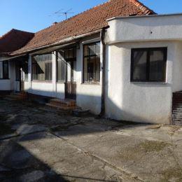 Na predaj rodinný dom, 200 m2 a celková výmera pozemku je 2928 m2, Čajkov, Levice. V dome sa nachádza vstupná chodba, 2 kuchyne, 2 špajze, 2 kúpeľne ...
