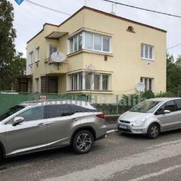 Ponúkam na predaj rodinný dom v centre mesta ktorý je vhodný na bývanie aj na podnikanie. Dom má dva samostatné vstupy a aj dve bytové jednotky , je ...