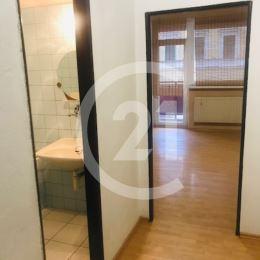 Na prenájom kancelária aj s kúpelňou, vhodná i na prevádzkovanie služieb v polyfunkčnej budove v Nitre na Štefánikovej ulici. ROZLOHA: 18m2 + loggia, ...
