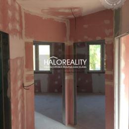Ponúkame na predaj nízkoenergetický 3-izbový rodinný dom v Dolnej Krupej. Dom je v súčastnosti pred dokončením, predávaný bude v štádiu – holodom. ...