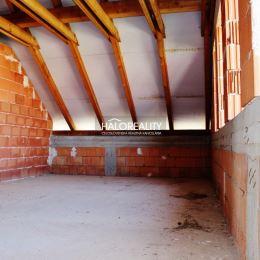 Ponúkame na predaj rozostavaný dvojpodlažný rodinný dom v meste Gabčíkovo, Indačská ulica. Celková plocha rovinatého a slnečného pozemku je 896 m². ...