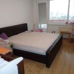 Na predaj slnečný 2 izbový byt /54 m2/ v Nitre na Chrenovej.Byt je čiastočne rekonštruovaný, plávajúca podlaha, dlažba, stierky, bezpečnostné dvere, ...