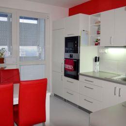 Ponúkame Vám na predaj 3 izbový byt na sídlisku Zapotôčky v Prievidzi. Byt o rozlohe 70m2 sa nachádza na piatom poschodí zo siedmych.Byt prešiel ...