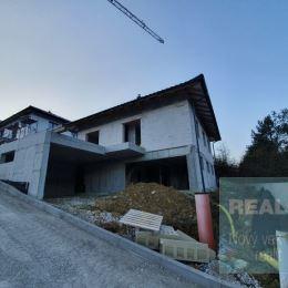 Exkluzívne iba u nás. Ponúkame na predaj krásny rozostavaný rodinný dom v mestskej časti Horný Moštenec. Nachádza v novej zástavbe na svahovitom ...