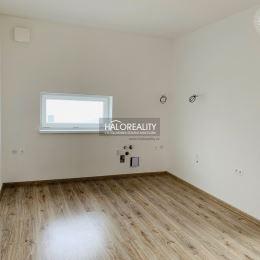 HALOreality ponúka na predaj 3izbový byt s vlastnou záhradou v novej štvrti, Nová Ves v Dunajskej Strede .Byt má úžitková plochu 74 m², terasu s ...