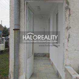 Ponúkame na predaj dvojgeneračný 6-izbový rodinný dom v obci Dvorníky, okr. Hlohovec. Dom, skolaudovaný v r. 1981, sa nachádza v tichej uličke na ...