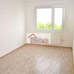Ponúkame na predaj veľmi pekný, priestranný a novozrekonštruovaný 4 izb. byt so SAMOSTATNÝM MUROVANÝM ŠATNÍKOM.v zateplenom nižšom dome na Bohrovej ...