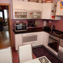EXKLUZÍVNE!!! na predaj 3 izb byt pri Žiline obec Divinka o rozlohe 58m2, s balkónom. Byt prešiel rekonštrukciou, vymenené plastové okná, plávajúce ...