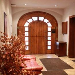 Na predaj krásny, priestranný rezidenčný dom v centre Bratislavy v tichej ulici vedľa prezidentskej záhrady a námestia Slobody. Dom sa rozprestiera ...