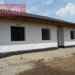 Ponúkame Vám na predaj výstavbu dvoch rodinných domov – typ bungalov s úžitkovou plochou 114m2, zastavanou plochou 130m2, na rovinatom pozemku ...