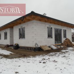 Ponúkame Vám na predaj jednopodlažný 4-izbový rodinný dom – bungalov postavený na rovinatom pozemku s rozlohou 600m2, zastavanou plochou 130m2. Dom ...