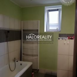 Ponúkame na predaj rodinný dom v obci Rochovce, okres Rožňava. Nehnuteľnosť má spoločný prechod so susedom. Rodinný dom pozostáva z troch izieb, ...