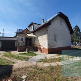 Exkluzívne u nás. Ponúkame na predaj veľmi pekný starší rodinný dom nachádzajúci sa vo výbornej lokalite v tesnej blízkosti centra mesta Bytča. Jedná ...