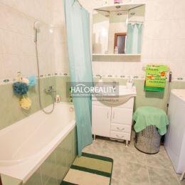 Ponúkame Vám na predaj 3 - izbový kompletne zrekonštruovaný byt v Nových Zámkoch.Byt s loggiou sa nachádza na 5. posch./7 v zateplenom bytovom dome s ...