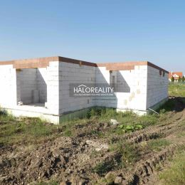 Ponúkame na predaj rozostavanú novostavbu 5 izbového rodinného domu - bungalov v Galante, časť Kolónia, ktorý sa nachádza na pozemku s rozlohou 957 ...
