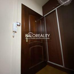 Ponúkame na predaj krásny trojizbový byt v meste Revúca. Nehnuteľnosť prešla kompletnou rekonštrukciou v roku 2015. V Kuchyni je položená kocková a v ...