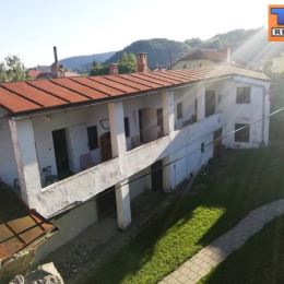 Na predaj dom o výmere 312m2 na Štefánikovom námestí v Kremnici s 3 bytovými jednotkami. Skladovými