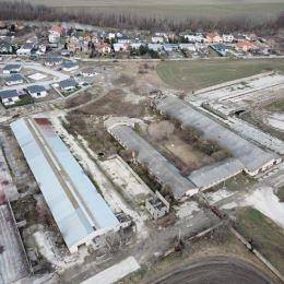 Na predaj pozemok v okrese Senec. Nachádza sa priamo v obci Tomášov. Veľkosť pozemku je 10271 m2. Pozemok je vhodný na výstavbu rodinných domov. Na ...