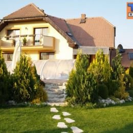 Tureality ponúka na predaj priestranný, 3 podlažný rodinný dom v obci Župčany, len 8 km od mesta Prešov, s dvojgarážou, bazénom, saunou a okrasnou ...
