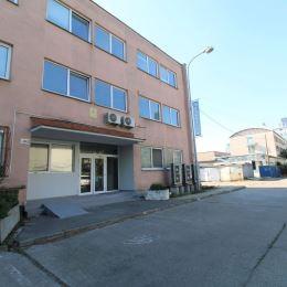 Ponúkame Vám na prenájom kancelárske priestory v Bratislave II - Ružinov, ul. Mlynské Nivy 56.Na 2. poschodí bez výťahu, trojpodlažnej polyfunkčnej ...