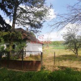 XEMAR (jana.jakubisova@xemar.sk alebo 0905 837 273 ) exkluzívne ponúka na predaj rovinatý stavebný pozemok so starším rodinným domom v tichej obci ...