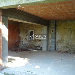 Ponúkame na predaj rodinný dom v blízkosti centra historického mesta Banská Štiavnica. Táto priestranná nehnuteľnosť je vhodná na užívanie ako ...