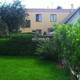 Ponúkame na predaj rodinný dom v obci Oslany na pozemku s rozlohou 1072 m². Je to dvojgeneračný dom s dvoma bytovými jednotkami. Vedľa domu je garáž ...