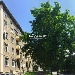 Ponúkame na predaj trojizbový byt v Banskej Bystrici, sídlisko Centrum, ul. Tr. SNP. Byt o rozlohe 74,68 m² sa nachádza na štvrtom poschodí tehlového ...