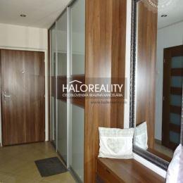 Ponúkame na predaj kompletne zrekonštruovaný trojizbový byt s loggiou v OV na sídlisku Tarča v Spišskej Novej Vsi.Byt, 71 m² (bez plochy loggie), sa ...